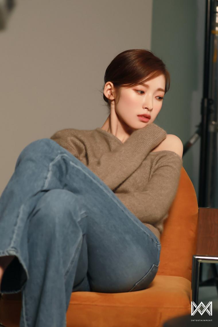 아린 (오마이걸) 청바지 튼실한 허벅지 - 싱글즈 매거진 커버 촬영현장