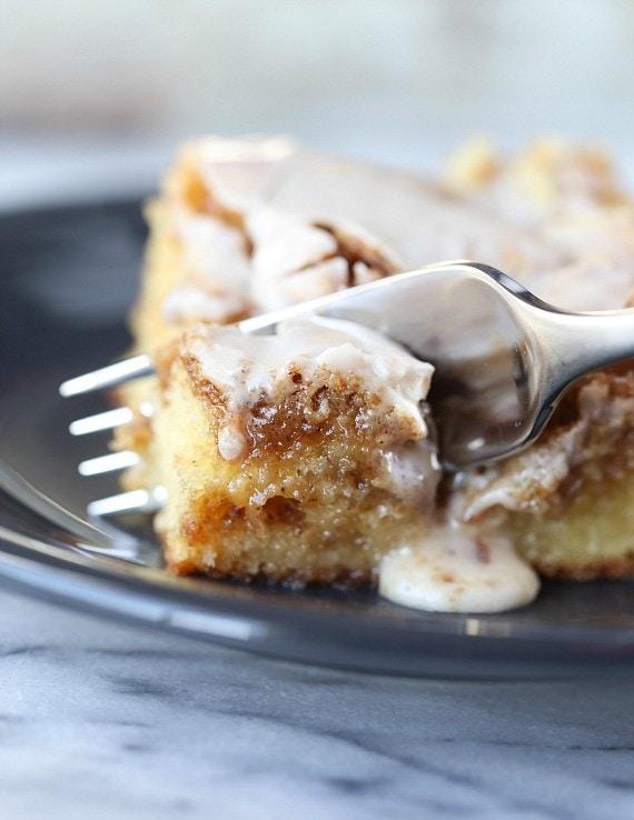 EASY ADN YUMMY CINNAMON ROLL CAKE