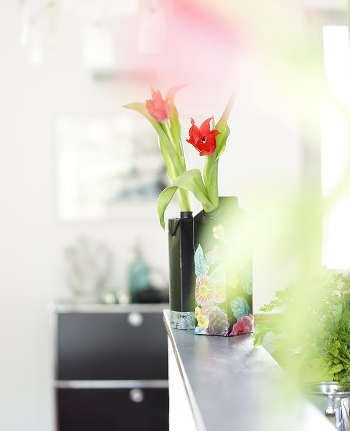 Blick auf 2 Vasen im Raum mit roten Tulpen