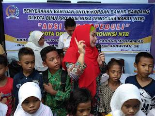 Salurkan Peralatan Sekolah, Hj. Robiatul Adawiyah Minta Anak-Anak Tetap Semangat dan Berdoa