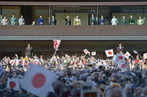 royal family members congratulated New Year of the crowd that gathered at the Imperial Palace