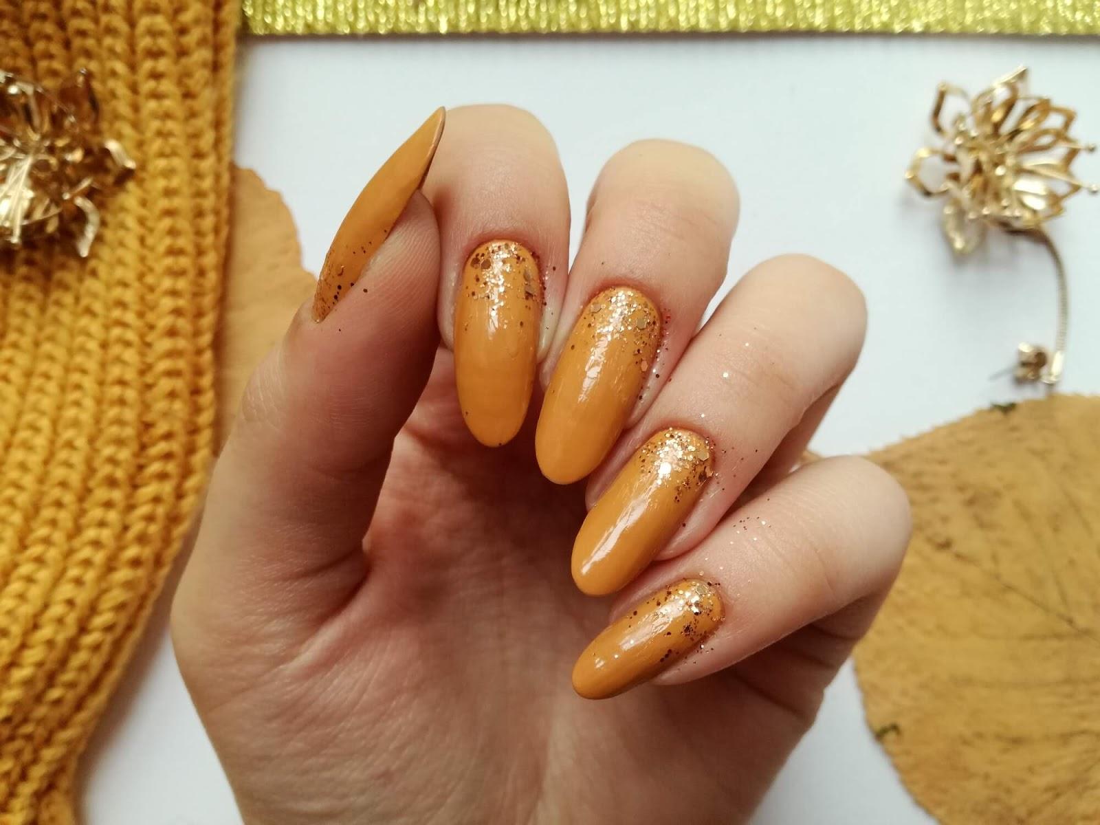 paznokcie ze złotym brokatem