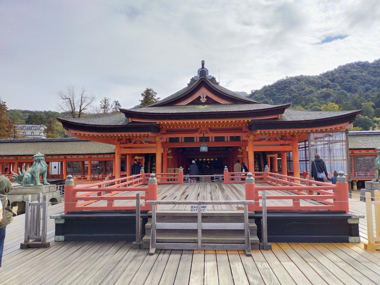 厳島神社の平舞台。国宝だそうです。