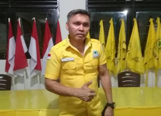 Ketua DPD II Golkar Malra, Drs. Agrapinus Rumatora usai konfrensi pers, Sabtu (19/06/2021) malam. Foto: Nick Renleuw