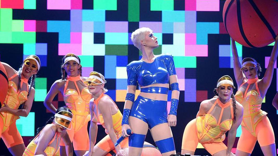 """A """"Witness The Tour"""" é sim um megaespetáculo, repleta de inúmeros adereços, mas nada disso faria sentido sem o carisma, a alegria e a entrega de Katy."""