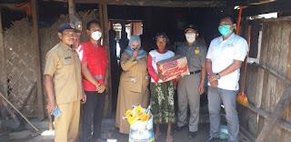 PMI Jember Bantu Paket Sembako  Nenek Giyem