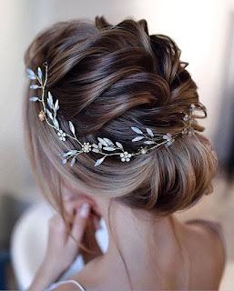 cabello recogido y corno de flores para novia