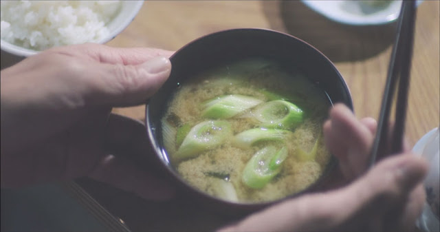 Un primer plano de la sopa de miso,destacan trozos de puerro