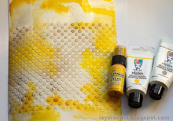 Layers of ink - Yellow Textured Background Tutorial by Anna-Karin Evaldsson. Paint with acrylic paint. Tim Holtz Gradient Dot stencil.