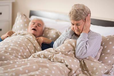 Adulto mayor roncando