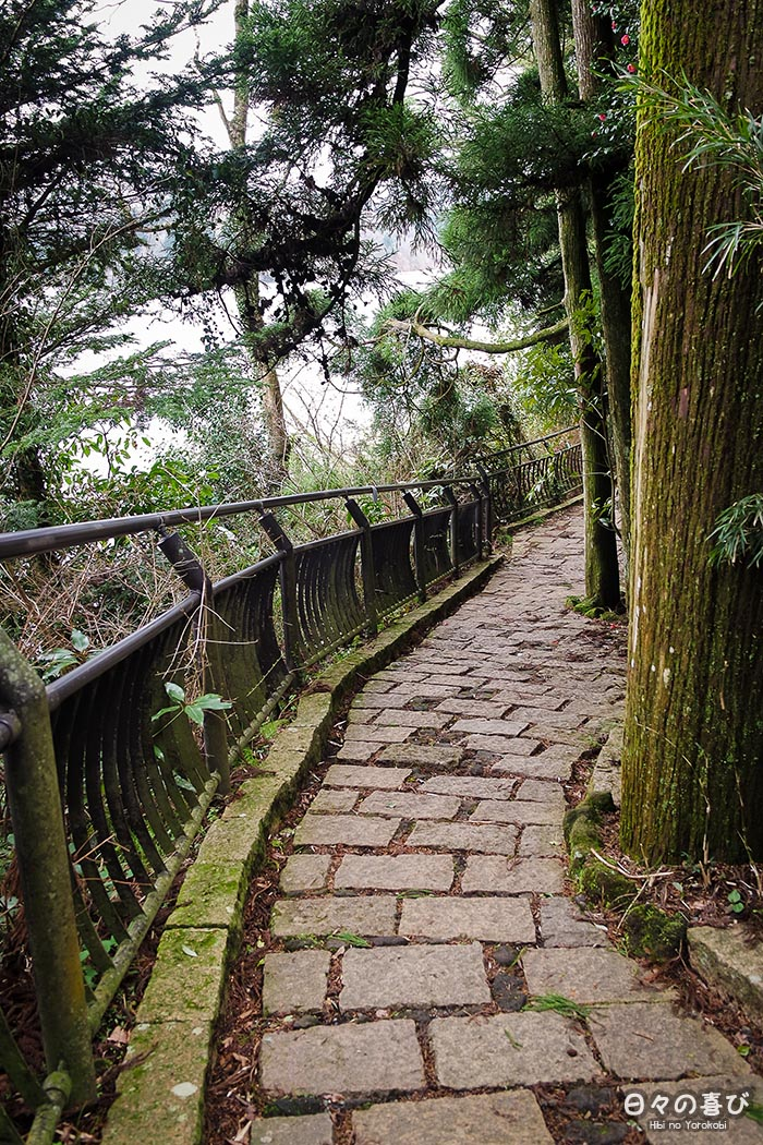 sentier vers Heiwa torii qui longe le lac ashi