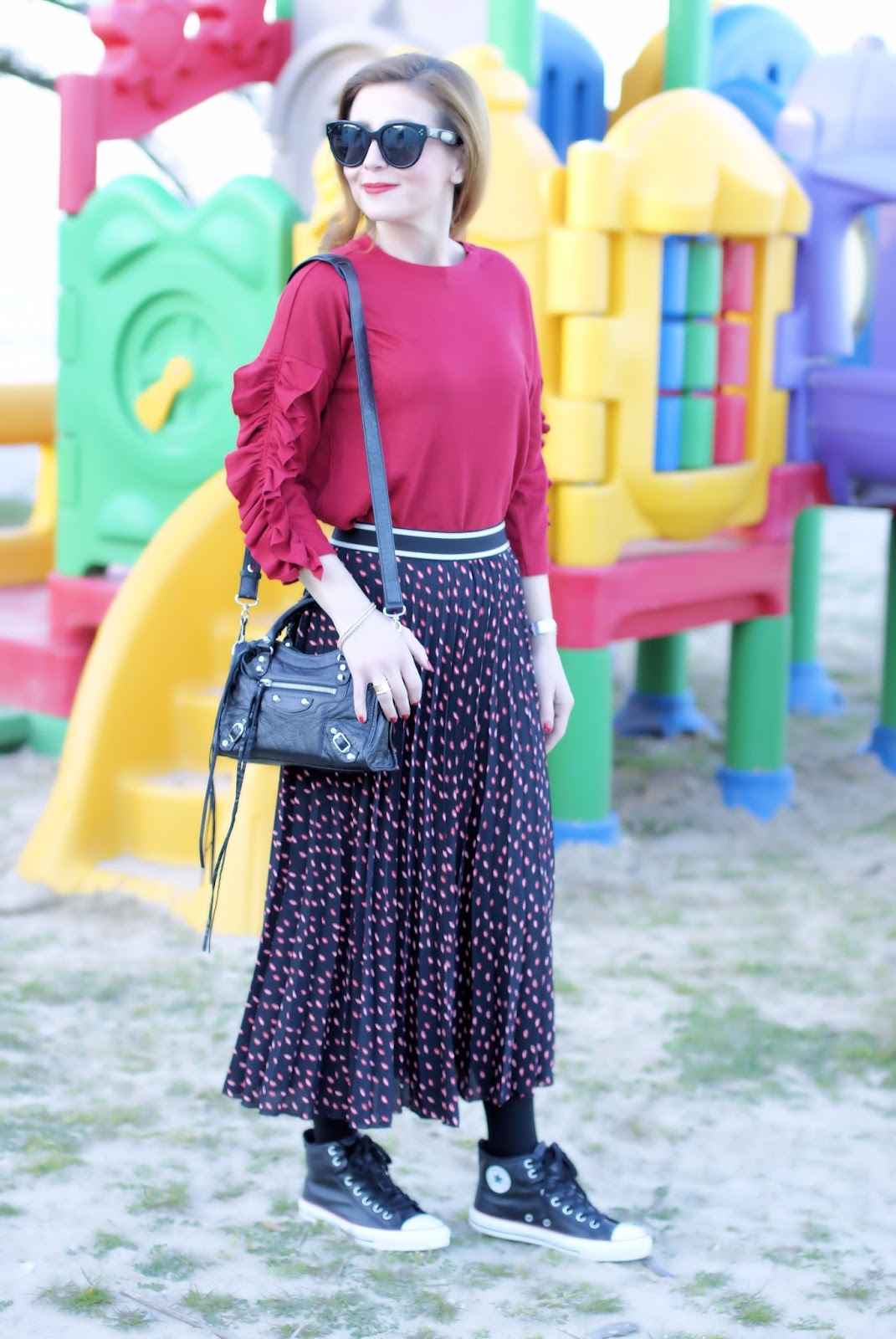 Skirt and Converse shoes: a touch of red on Fashion and Cookies fashion blog, fashion blogger style