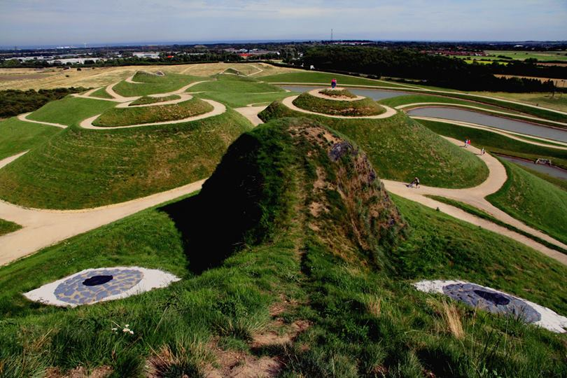 The landscape of Cramlington in the English region of Northumberland houses the largest female sculpture in the world.  Known as The Lady of the North , it is, according to its creators, the greatest replica of the female body sculpted on a landscape.