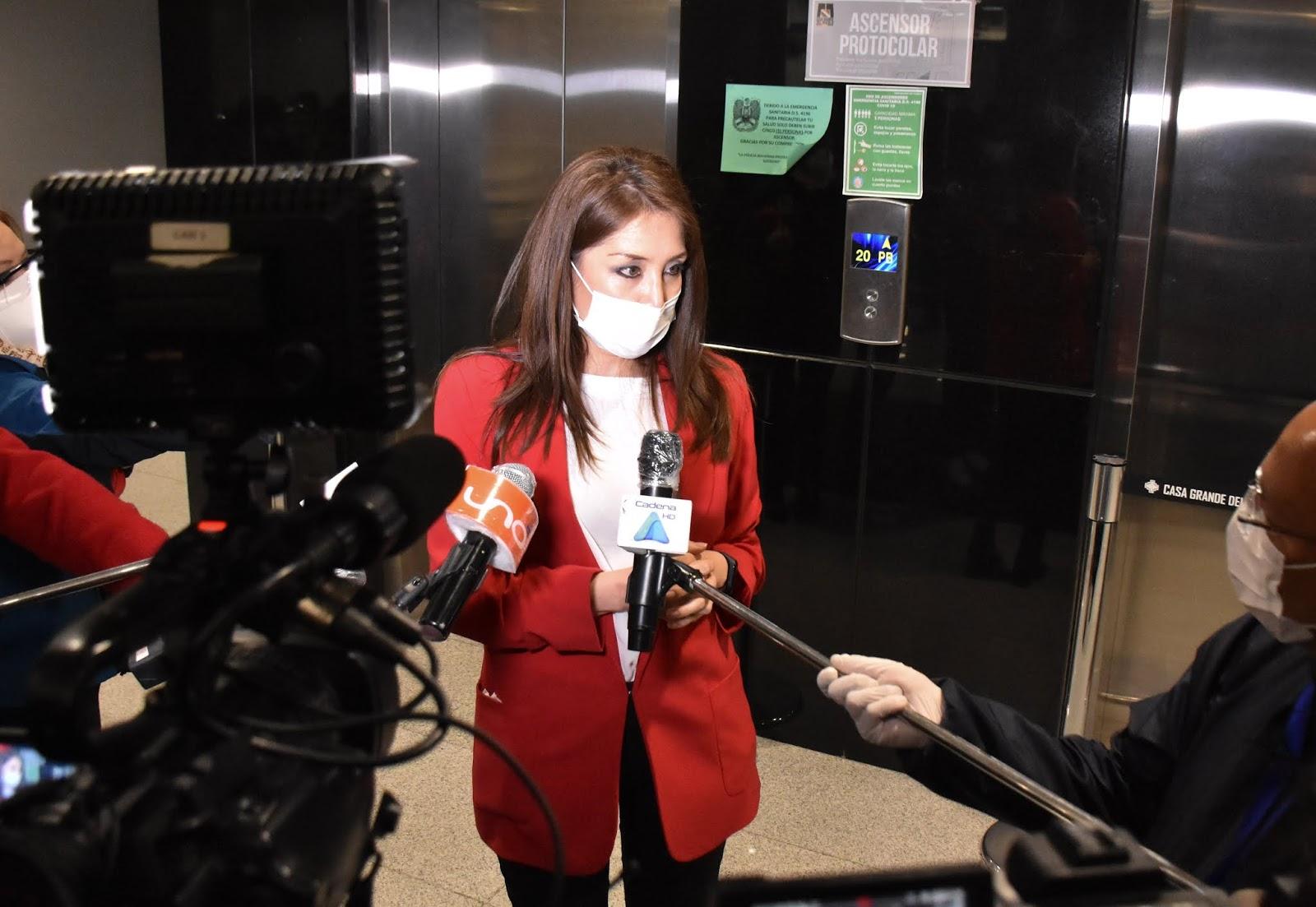 La ministra de Comunicación, Isabel Fernández, atendiendo las consultas de la prensa / ABI