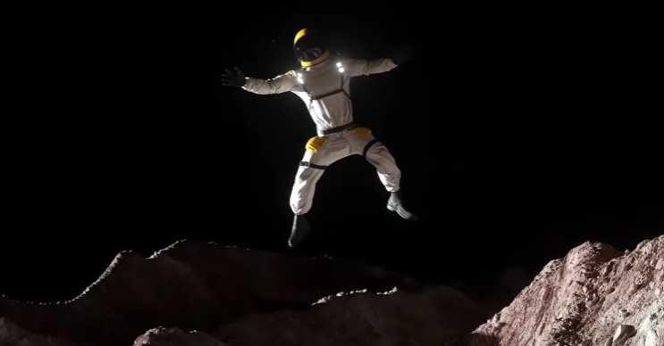 Plüton cüce bir gezegendir ve yer çekimi yok denecek kadar azdır.