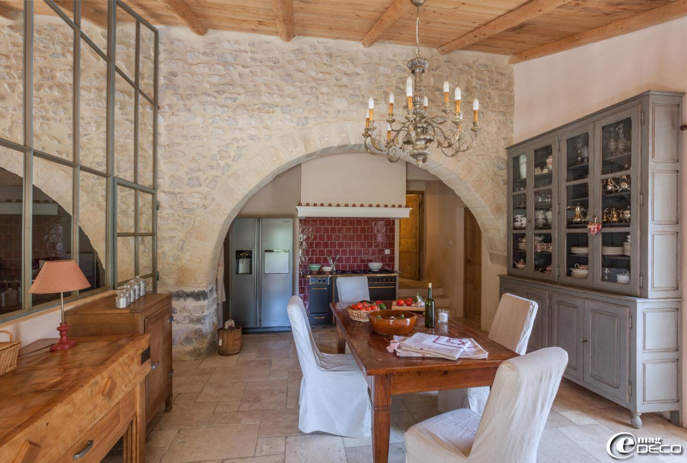 Cuisine de style campagne chic dans une bergerie rénovée de style provençale