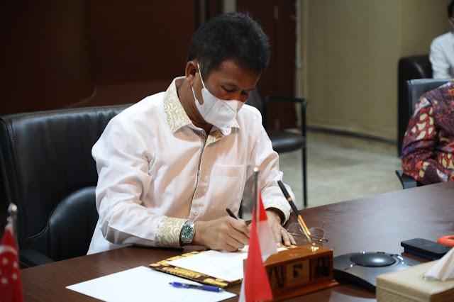 Kepala BP Batam bersama Co-founder and CEO, Sunseap Group Pte. Ltd Teken MoU Pembangunan Panel Surya di Waduk Duriangkang