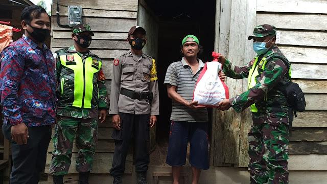 Kodam VI/MLW, Door To Door Personel Kodim 1001 Distribusikan Paket Bantuan Presiden Di wilayah Terdampak Bencana Banjir
