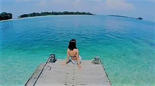 Jepara memang terkenal dengan wisata baharinya. Pantai Bandengan Jepara merupakan pantai yang memiliki pasir putih yang halus dengan garis pantai yang cukup panjang. Air di pantai ini sangat jernih sehingga sangat aman bagi anak-anak yang hobi bermain air.