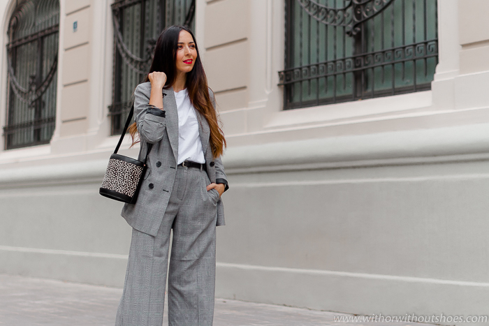 Look de oficina con traje de cuadros La Redoute blazer cruzada pantalones anchos y bolso animal print
