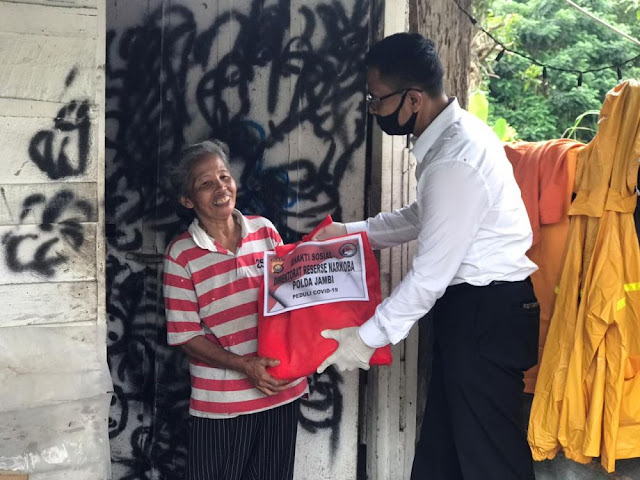 Peduli Akan Masyarakat, Ditresnarkoba Polda Jambi Bagikan Paket Sembako Pada Warga Yang Terdampak Covid-19
