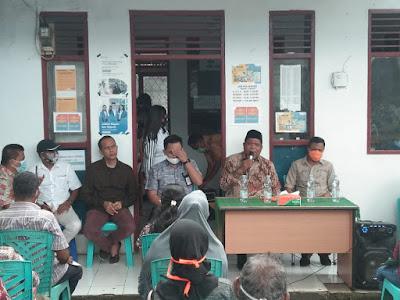 Wali Kota Adam Rahayaan bersama Wakil Walikota Usman Tamnge saat menyalurkan BLT kepada Warga Kelurahan Ketsoblak