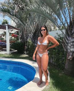 Dada  favatto exibiu as belas curvas enquanto aproveitava o sábado na piscina.