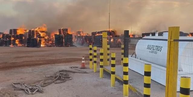 Incendio de grande proporção destruiu neste domingo depósito de algodão na região de Luis Eduardo Magalhaes.