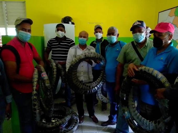 Director provincial de UTEPDA  entrega gomas de motores a Técnicos del Proyecto de desarrollo Agroforestal
