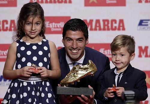 Suarez hạnh phúc cùng với hai con trong lễ trao giải Chiếc giày vàng