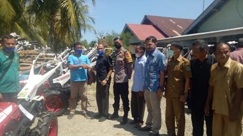 Dibantu Hand Traktor oleh HM Nurnas,  Kelompok Tani Batang Anai dan Lubuk Alung Tersenyum Sumringah