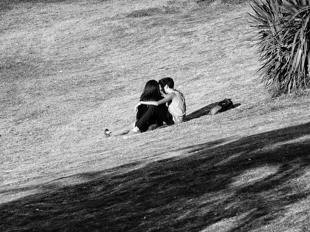 Abrazados tomando sol