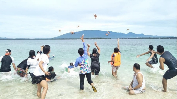 "DepEd probes teachers ""hurling"" starfishes; teacher involved speaks up"