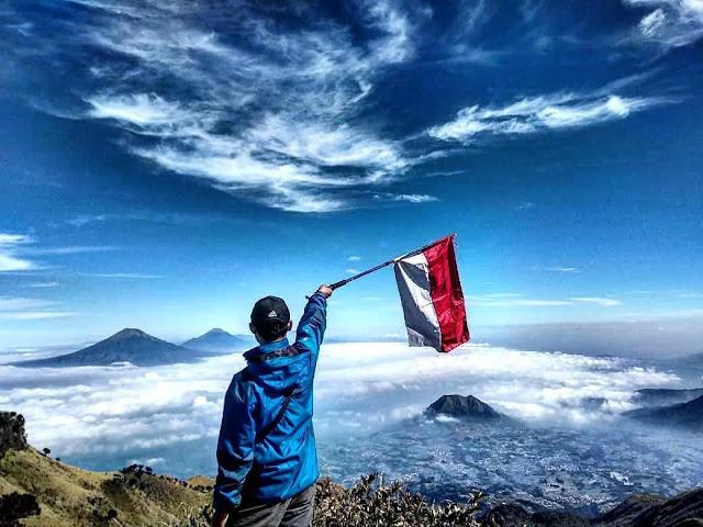 Mengibarkan bendera di atas puncak gunung masih menjadi tujuan pendaki
