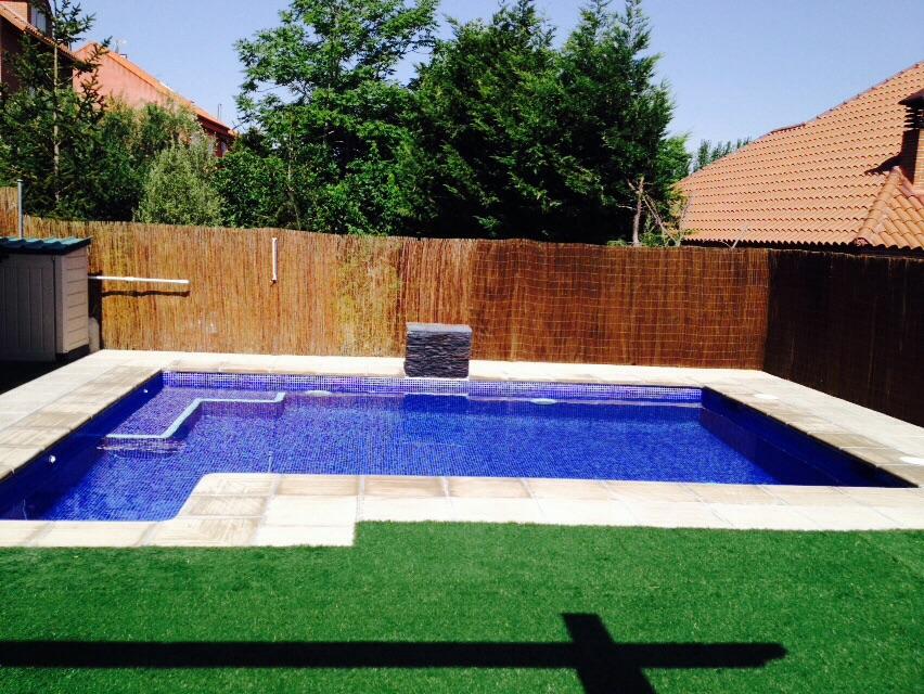 Piscinas doru piscina con escalera exterior cuadrada y for Piscina exterior