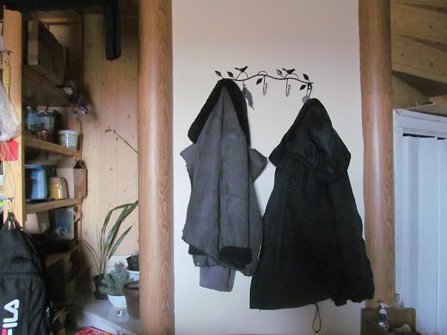 Fali ruhaakasztó felszerelve