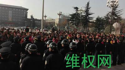 """陕西韩城市""""民代幼""""教师1400余人在市府前示威"""