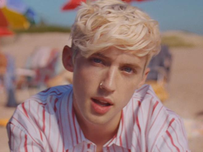 Troye Sivan curte um amor de verão no videoclipe de 'Lucky Strike'