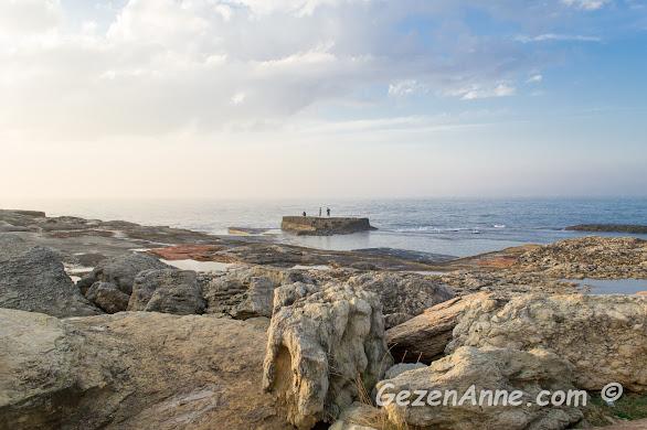 ilginç yapılı kayalar ve kıyıda balık tutan balıkçılar, Pembe Kayalar Kefken Kandıra