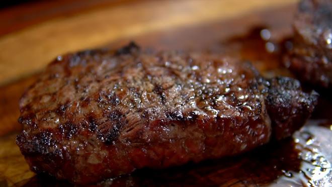 Griller une pièce de viande rouge.