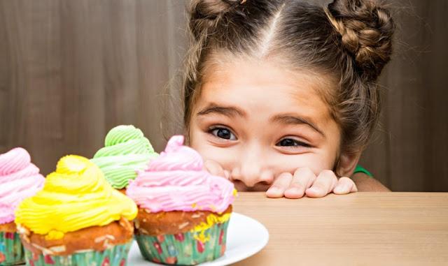 Menina querendo comer doce