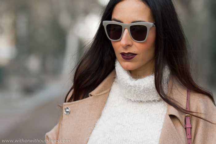 Blogger influencer de belleza con labios oscuros color Blackmail Urban Decay