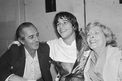 Tony Danza y sus padres celebran una victoria en boxeo