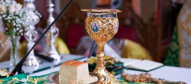 Ιερέας αποκάλυψε πως κοινώνησε πιστούς εν μέσω καραντίνας: «Έκρυβα το άγιο δισκοπότηρο για να μην με καταδώσουν»