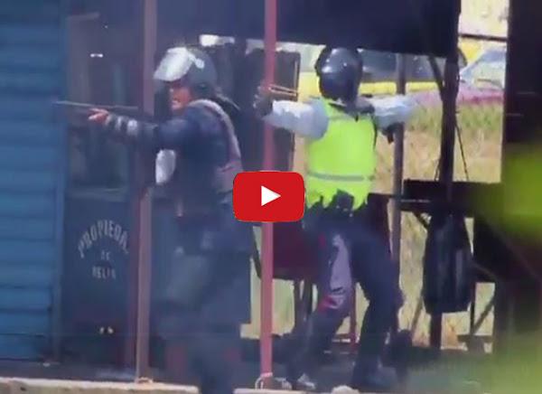 Policías disparando metras con hondas chinas