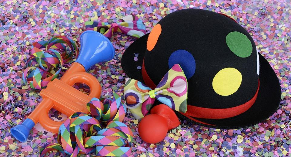 confeti y trompetas en el carnaval de las palmas