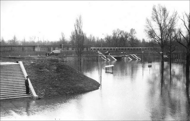 Станция метро Гидропарк во время наводнения