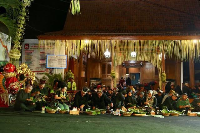 tradisi tumpeng sewu banyuwangi