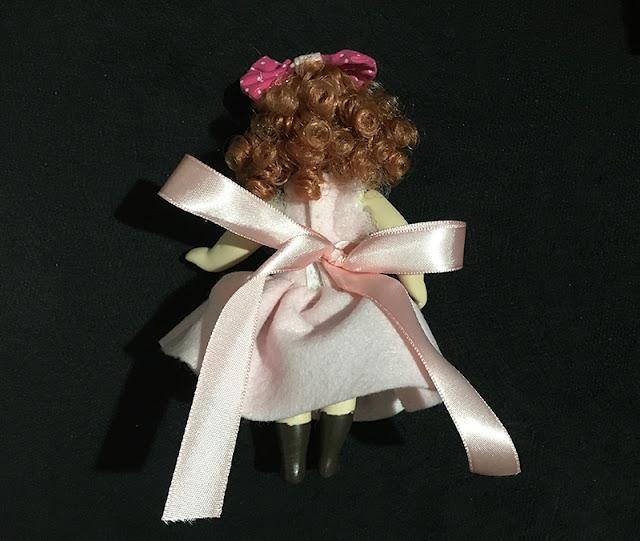 vestidinho de princesa em bonequinha de porcelana