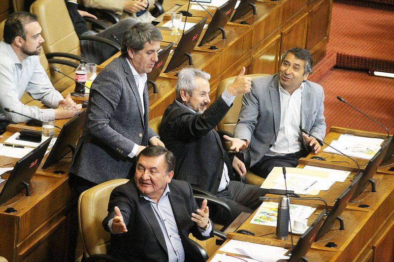Diputados aprueban ingreso mínimo de $300 mil líquidos
